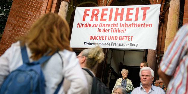 Protest vor einer Kirche für Peter Steudtner