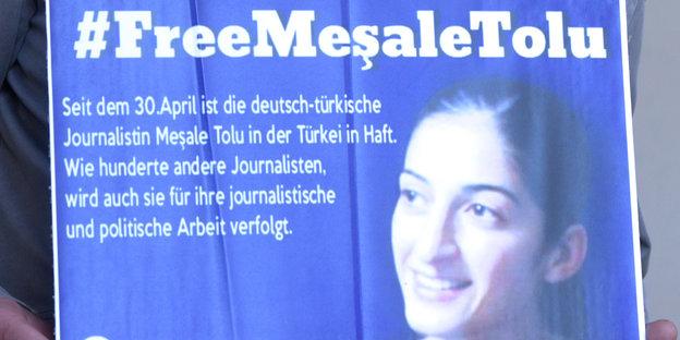 Eine Plakat mit dem Portrait von Mesale Tolu