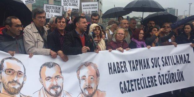 Berat Albayrak, seine Frau und Recep Tayyip Erdogan sowie sein Frau stehen nebeneinander und heben die Arme. Hinter ihnen zeichnen sich ihre Schatten an einer Wand ab