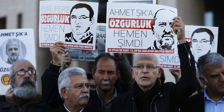 Günter Wallraff protestiert vor dem Gericht für Pressefreiheit.