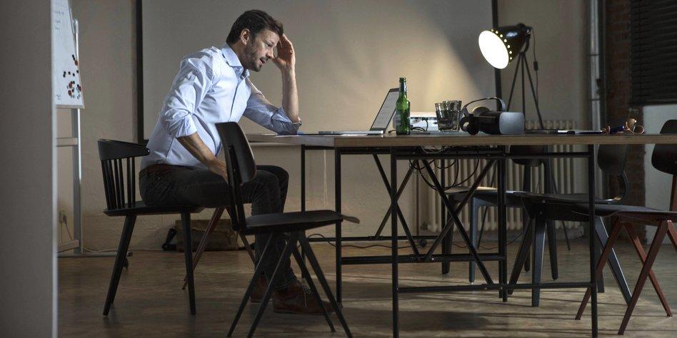 Ein Mann Sitz An Einem Schreibtisch
