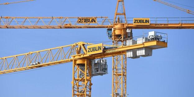 """Zwei Baukräne mit dem Firmenlogo """"Züblin"""""""