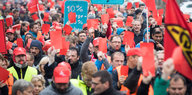 Demonstration mit IG-Metall-Fahnen