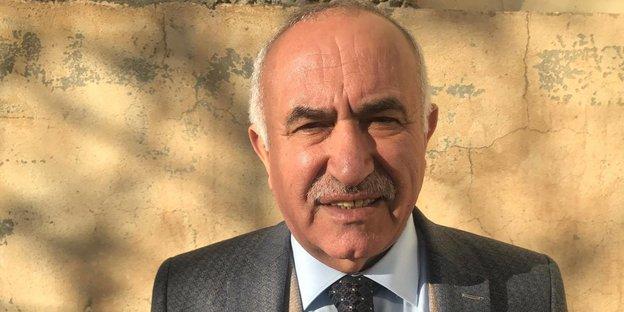 Ein Mann in Anzug und Krawatte