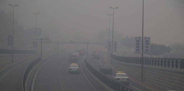 Autobahn im Smog in China