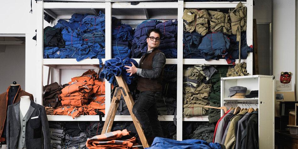 7a42faf6f87121 Aus abgelegter Arbeitskleidung macht Daniel Kroh tragbare Stadtmode oder  Bühnenkostüme. Seine nachhaltige Arbeitsweise sieht er auch als politisches  ...