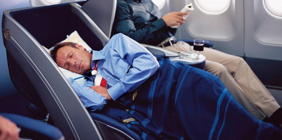 schlafen bauchschläfer im flugzeug melatonin