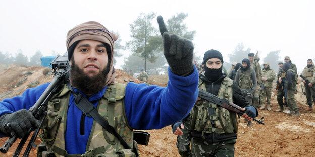 Kämpfer der FSA streckt Zeigefinger in die Luft