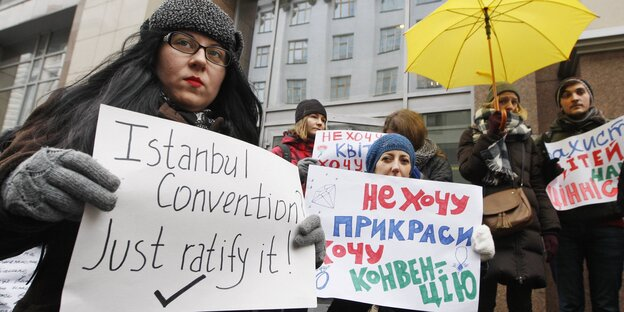 "Demonstrantinnen halten Poster hoch, auf einem steht ""Istanbul Convention? Just ratify it!"