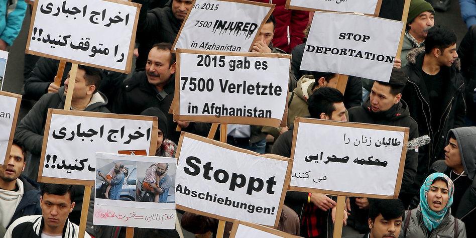 Abgelehnte Asylbewerber: Widerstand hat sich verdoppelt: Abschiebung per Flugzeug scheitert immer öfter