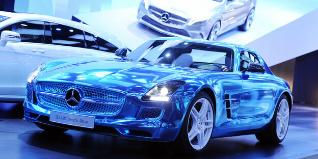 Ein blaues Mercedes-Benz SLS AMG Coupe Electric Drive