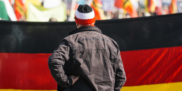 Pegida-Demonstrant vor Deutschland-Transparent
