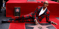 TV-Star RuPaul hinter seinem Stern in Hollywood