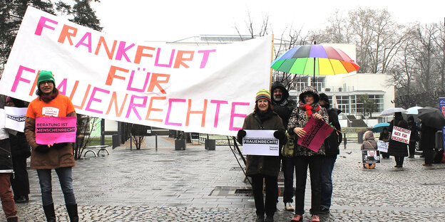 Demonstranten mit Transparent