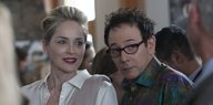 Olivia Lake (Sharon Stone) und JC (Paul Reubens) bei einer Party.