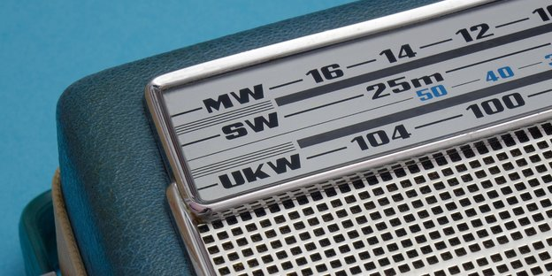 Ein altes Radio in einem Bildausschnitt