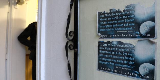 Eingang der Al-Taqwa-Moschee in Hamburg-Harburg mit halb abgeissenen Koran-Zitaten an einer Tür