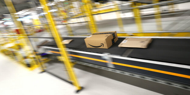 Transportband in einem Logistikzentrum von Amazon. Darauf Pakete