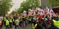 Amazon-Gründer Bezos in Berlin: Protest am Springerhaus