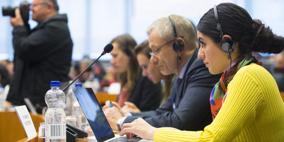 Teilnehmerin der Konferenz zur Pressefreiheit am Laptop