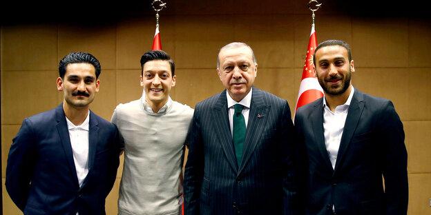 Ilkay Gündoğan, Mesut Özil, Recep Tayyip Erdoğan und Cenk Tosun lächeln in die Kamera