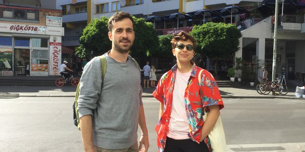Mert Oğuzhan und Cabot Nazlı stehen am Kottbusser Tor