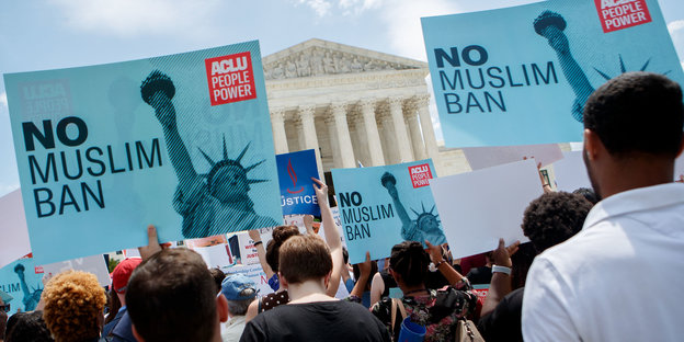 "Demonstranten mit Transparenten (""No Muslim Ban"") protestieren vor dem Supreme Court"