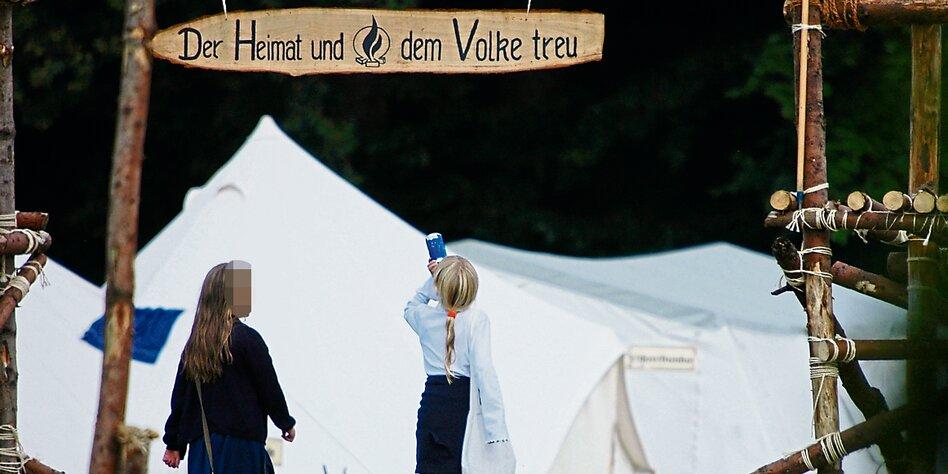 ein zeltplatz mit einer eingangspforte darauf steht der heimat und dem volke treu - Uni Bremen Online Bewerbung