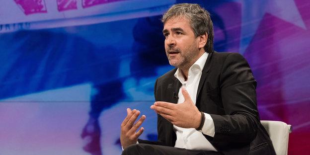 Deniz Yücel unterstreicht mit seinen Händen gestisch, was er sagt