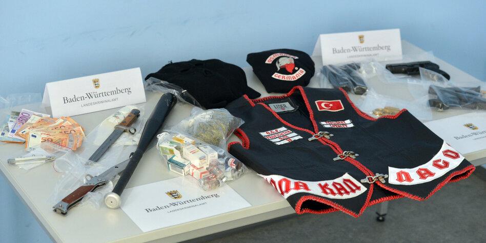 Beschlagnahmte Kleidung und Waffen der Osmanen Germania beim Landeskriminalamt Baden-Württemberg
