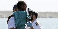 Von Frontex Gerettete: Italien lässt Geflüchtete an Land