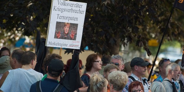 "Demonstranten mit ""Merkel muss weg""-Transparent"