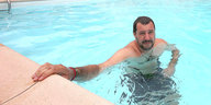 Salvini in einem Swimmingpool