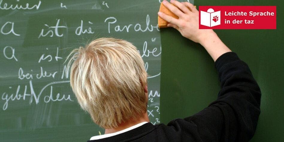 8ce0f4fb687cc6 Jemand wischt mit einem Schwamm eine vollgeschriebene Tafel