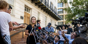Chrystia Freeland, umringt von Journalisten