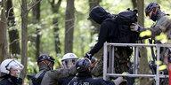 Polizeieinsatz im Hambacher Forst: Mehr als die Hälfte ist geräumt
