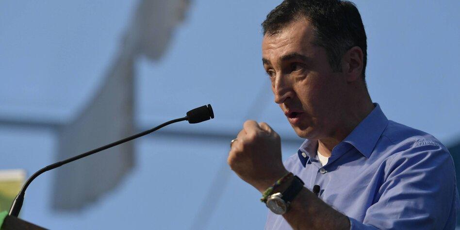 Cem Özdemir ballt die Faust und spricht in ein Mikrofon