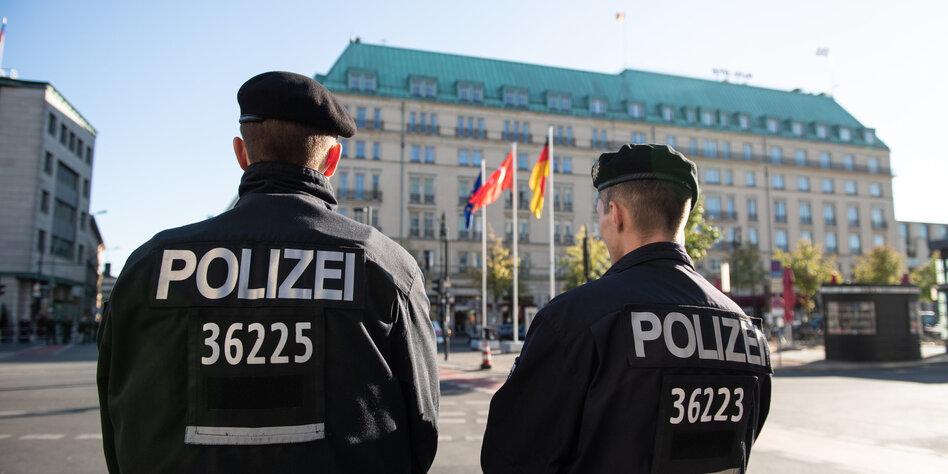 Zwei Polizisten stehen vor dem Hotel Adlon in dem der türkische Präsident Erdogan seinen Aufenthalt verbringt