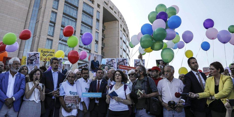 Proteste mit Luftballons gegen den Cumhuriyet-Prozess in Istanbul