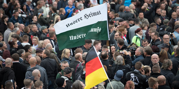 In Chemnitz demonstrieren Neonazis mit Flaggen