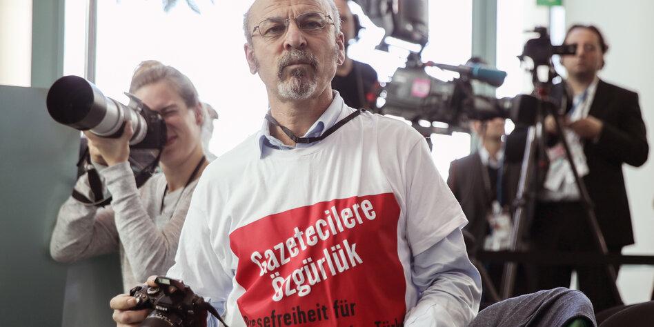Adil Yigit bei einer Pressekonferenz in Berlin