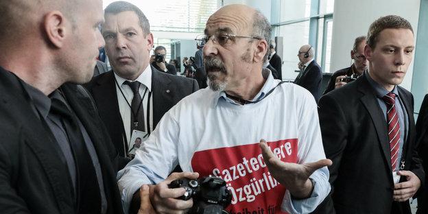 Adil Yigit wird im Bundeskanzleramt aus der gemeinsamen Pressekonferenz von Merkel und Erdogan geführt