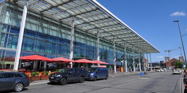 Vorplatz des Berliner Ostbahnhofs bei sonnigem Wetter