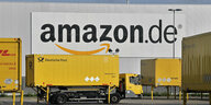 Amazon-Logistikzentrum in Rheinsberg, davor ein LKW.