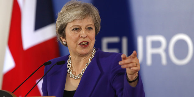 Theresa May zeigt mit dem Finger nach links