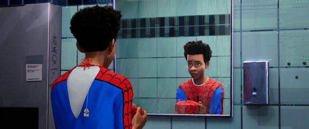 Ein Junge im Spider-Man-Kostüm vor dem Spiegel
