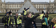 Demonstranten in gelben Westen am Louvre
