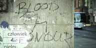 Wand mit verblassendem Blood & Honour-Graffiti