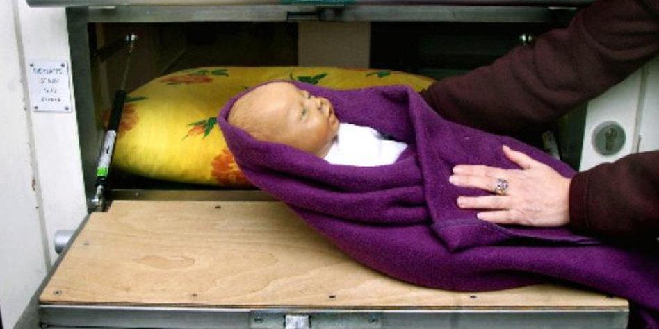 zehn jahre babyklappe anonym ins leben geschickt. Black Bedroom Furniture Sets. Home Design Ideas