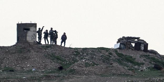 Soldaten stehen auf einem weiten Feld in der Dämmerung
